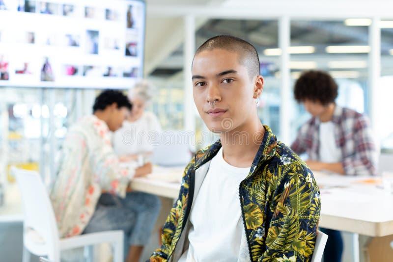 Manlig modeformgivare som sitter i konferensrummet på kontoret arkivfoton
