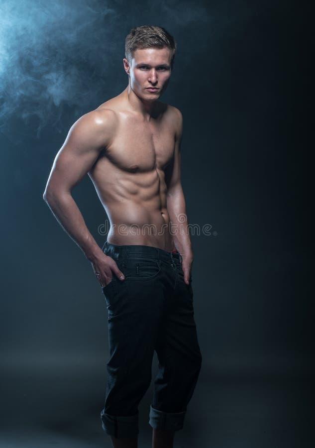 Manlig modell för kondition royaltyfria bilder