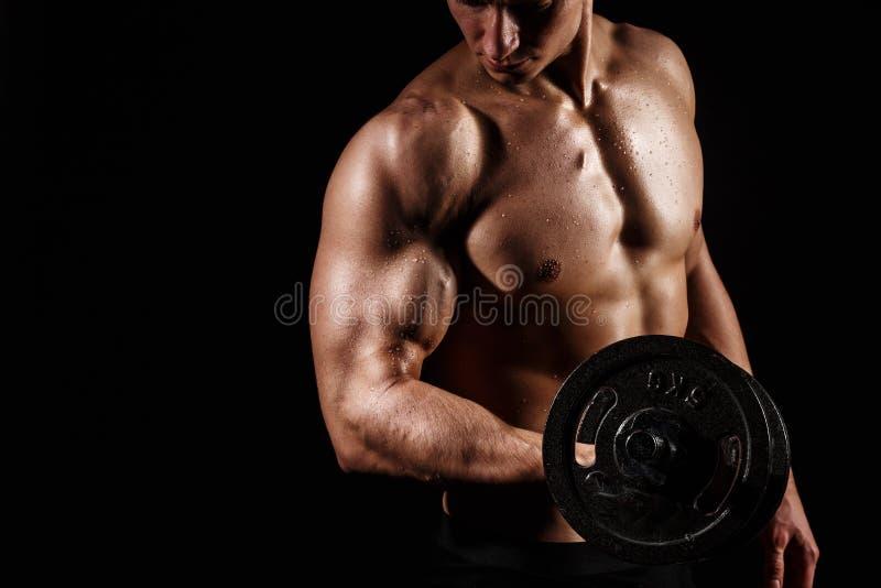 Manlig modell för muskulös och färdig ung kroppsbyggarekondition som poserar ove arkivbild