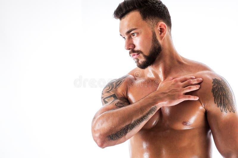 Manlig modell för stilig kondition med den tatuerade torson arkivbild