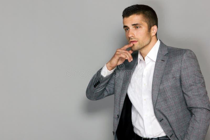 Manlig modell i grått rutigt omslag arkivbild