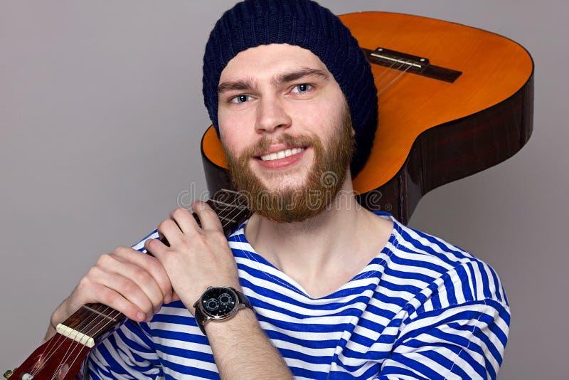Manlig modell med gitarren royaltyfri bild