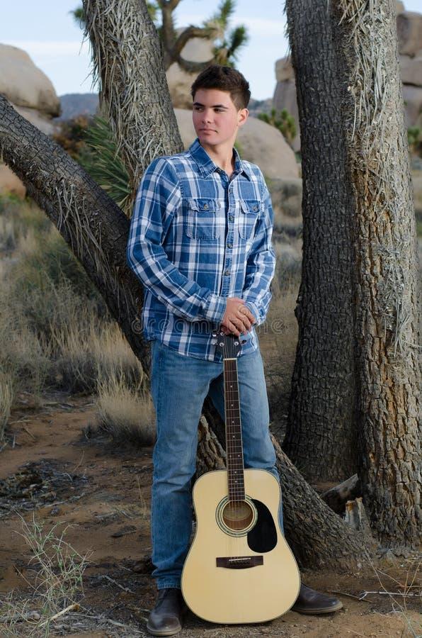 Manlig modell med gitarren fotografering för bildbyråer