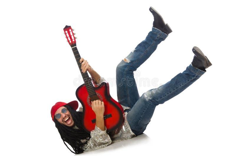 Manlig musiker med gitarren som isoleras på vit arkivfoton