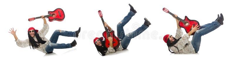 Manlig musiker med gitarren som isoleras p? vit royaltyfri foto