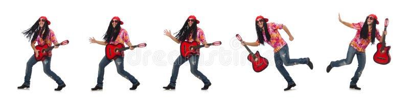 Manlig musiker med gitarren som isoleras p? vit arkivbilder