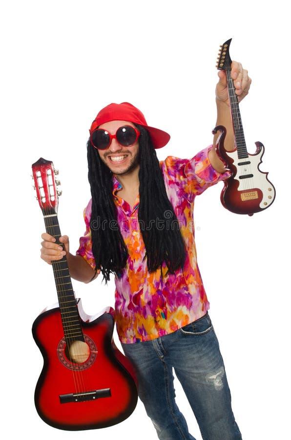 Manlig musiker med gitarrer som isoleras på vit arkivfoton
