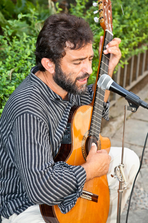 Manlig musiker som spelar i gatan av Seville, Spanien. fotografering för bildbyråer