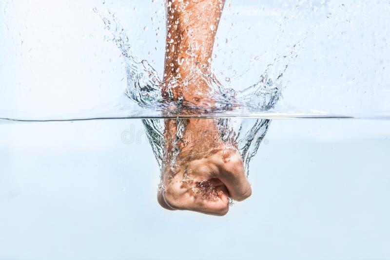 Manlig näve till och med vattnet royaltyfri bild