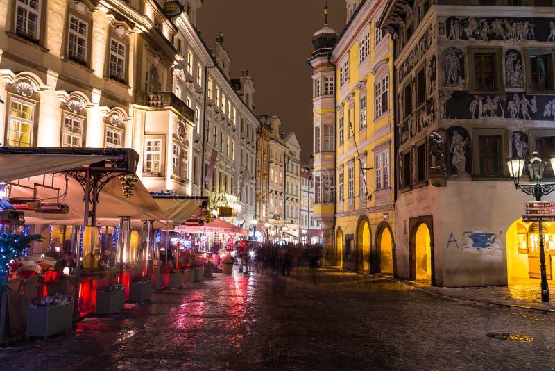 Manlig Namesti gata i Prague på natten fotografering för bildbyråer