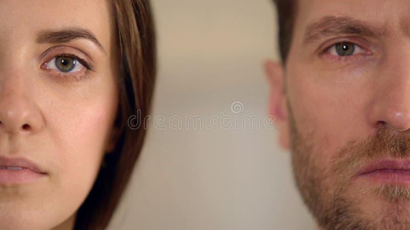 Manlig och kvinnlig halv framsida som ser in i kameran, jämställdhet, opinionsundersökning royaltyfria bilder
