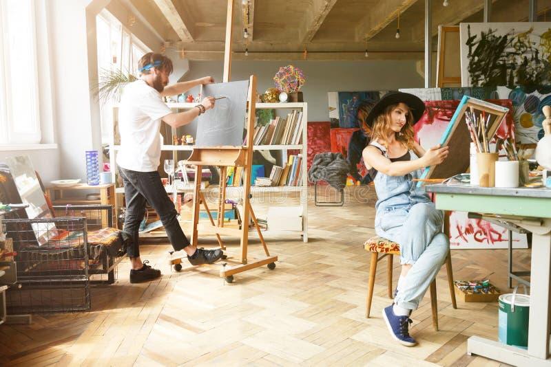 Manlig och kvinnlig konstnär Working Together arkivbilder