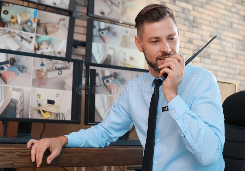Manlig ordningsvakt med den bärbara sändaren royaltyfria bilder