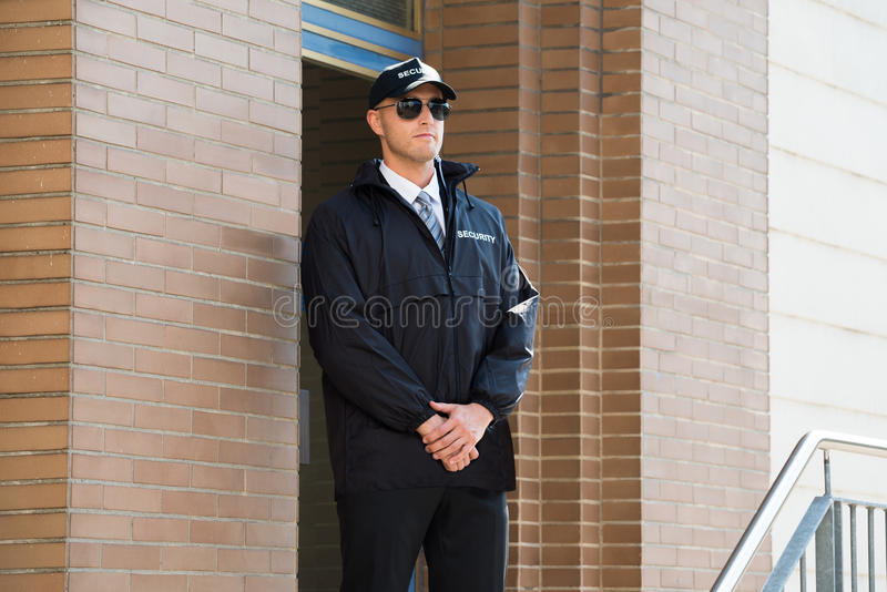 Manlig ordningsvaktStanding At The ingång royaltyfri foto