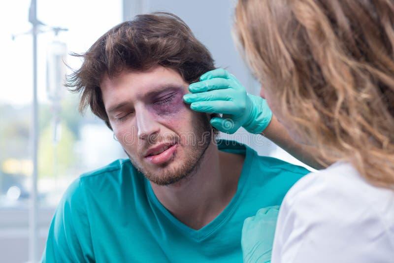 Manlig patient med blåtiran royaltyfri foto