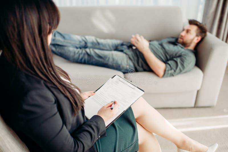 Manlig patient på psykologmottagandet, spänning arkivbilder