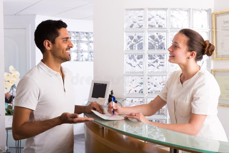 Manlig patient som besöker den medicinska kliniken royaltyfri fotografi