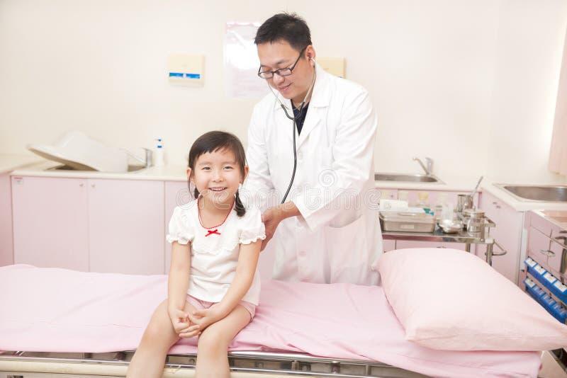 Manlig pediatrisk undersökande liten flicka royaltyfri fotografi