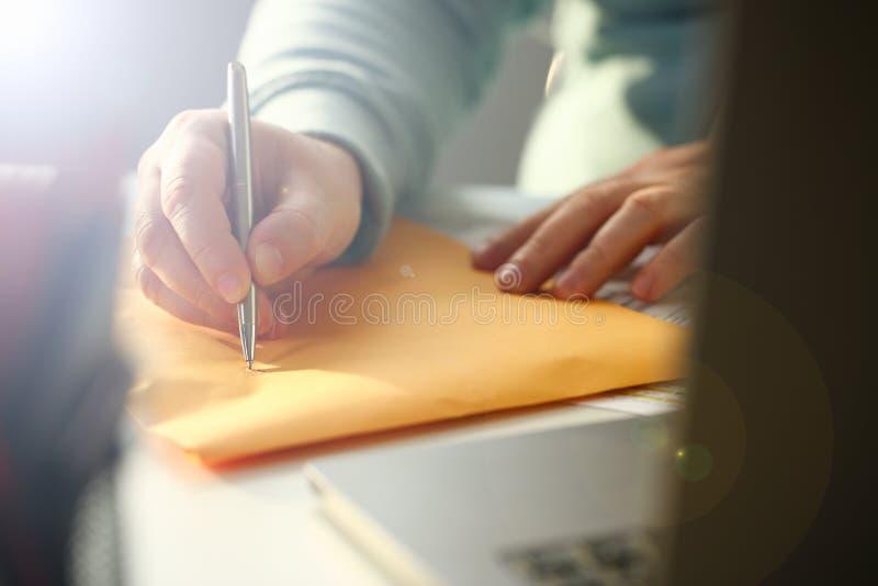 Manlig penna f?r handinnehavsilver royaltyfri bild