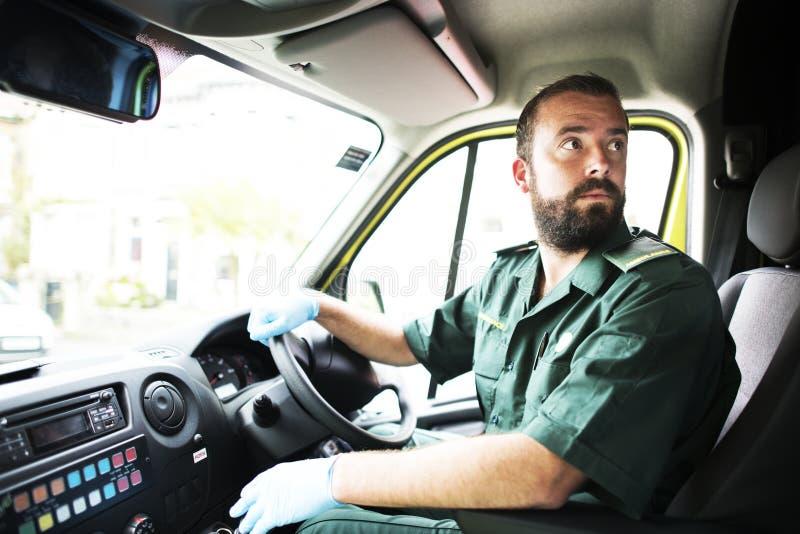 Manlig person med paramedicinsk utbildning som kör en ambulans royaltyfria bilder