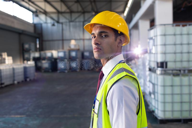 Manlig personal i hardhat och reflekterande omslagsanseende i lager royaltyfri fotografi