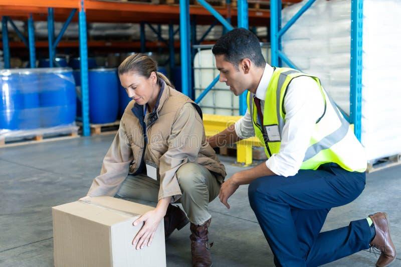 Manlig personal som ger utbildning till den kvinnliga personalen i lager arkivbilder