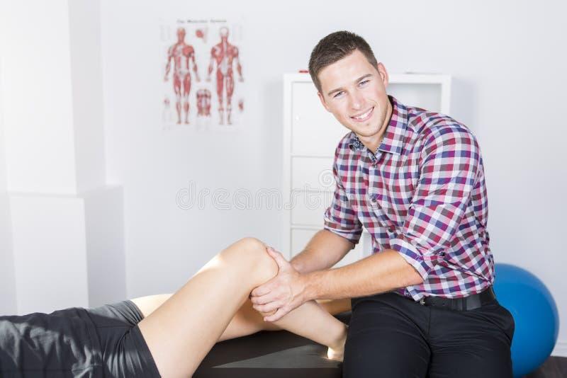 Manlig physio terapeut- och kvinnaportionpatient arkivfoton