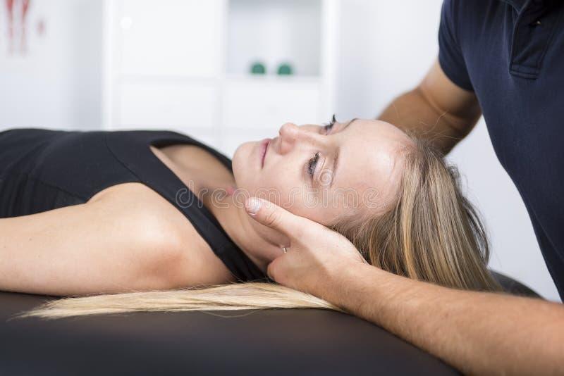 Manlig physio terapeut- och kvinnaportionpatient royaltyfri bild