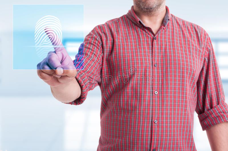 Manlig rörande modern knapp för fingeravtryckbildläsning arkivbild