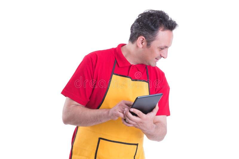 Manlig säljare som använder en digital minnestavla arkivbild