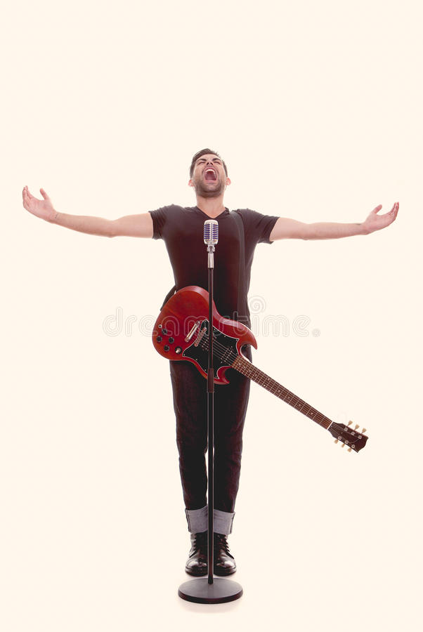 Manlig sångare med gitarren arkivbild