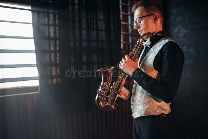Manlig saxofonist med saxofonen, jazzman med saxofonen royaltyfria foton