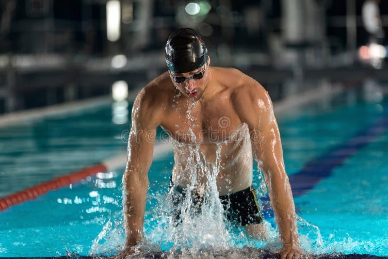 Manlig simmare som ut lyfter sig royaltyfri foto