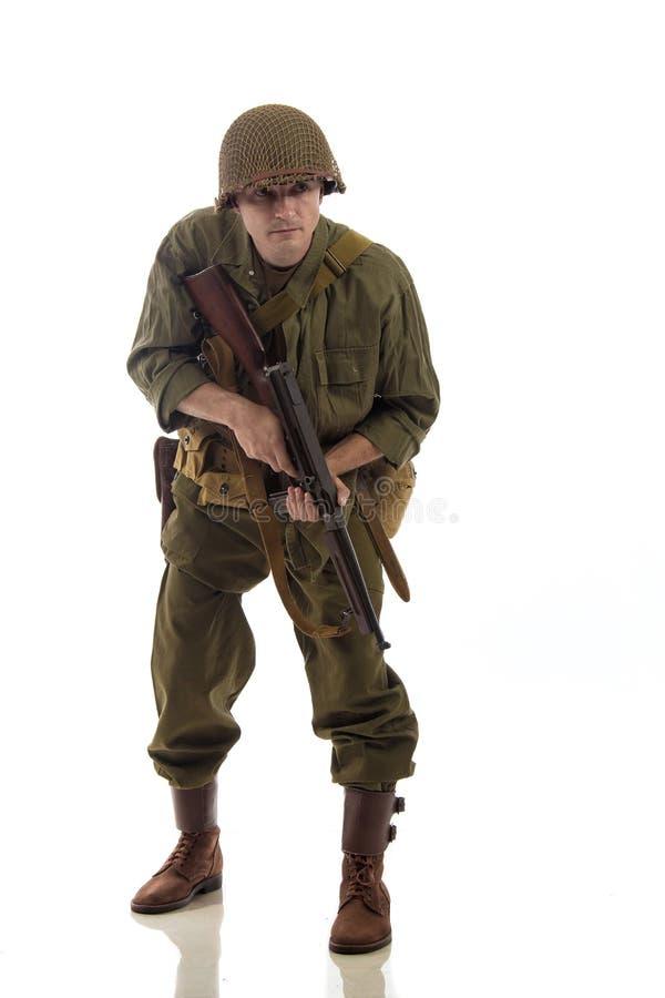 Manlig skådespelare i militär likformig av en amerikansk flotta av perioden för andra världskrig royaltyfri foto