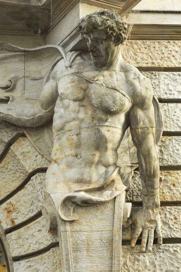 Manlig skulptur som garnering av fasaden royaltyfria bilder