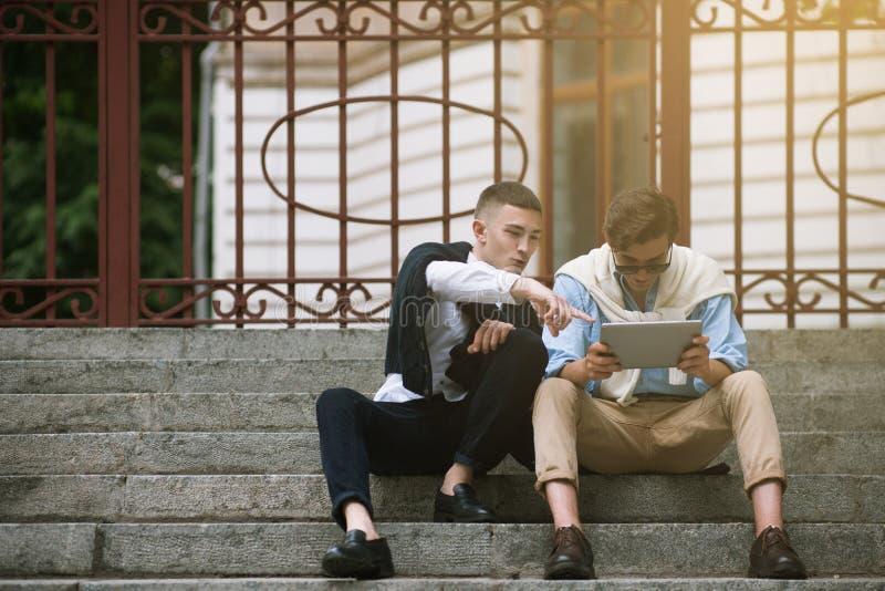 Manlig social kommunikation Modeungdom utomhus arkivfoto
