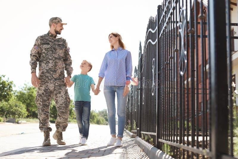 Manlig soldat med hans familj utomhus Militärtjänst arkivfoto