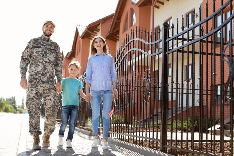 Manlig soldat med hans familj utomhus Militärtjänst royaltyfri foto