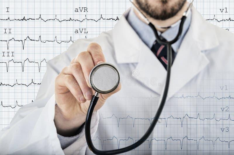 Manlig stetoskop för kardiologdoktorsvisning royaltyfri bild
