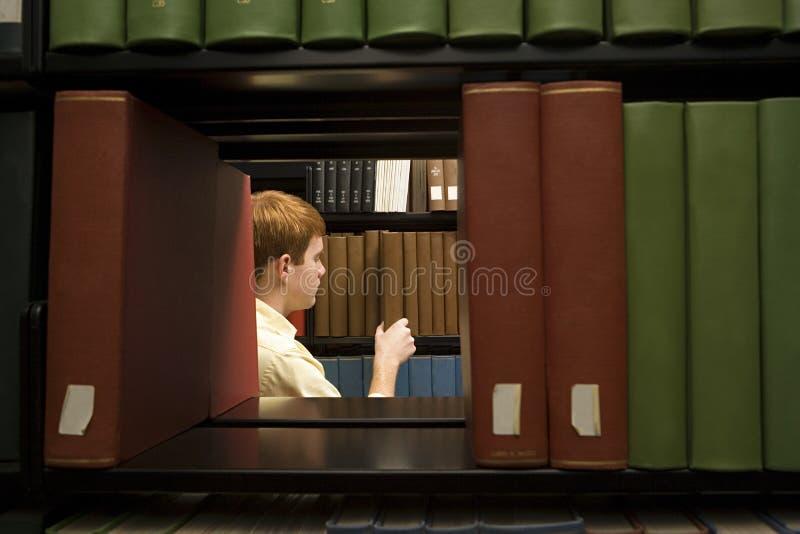Manlig student i arkivet arkivfoton