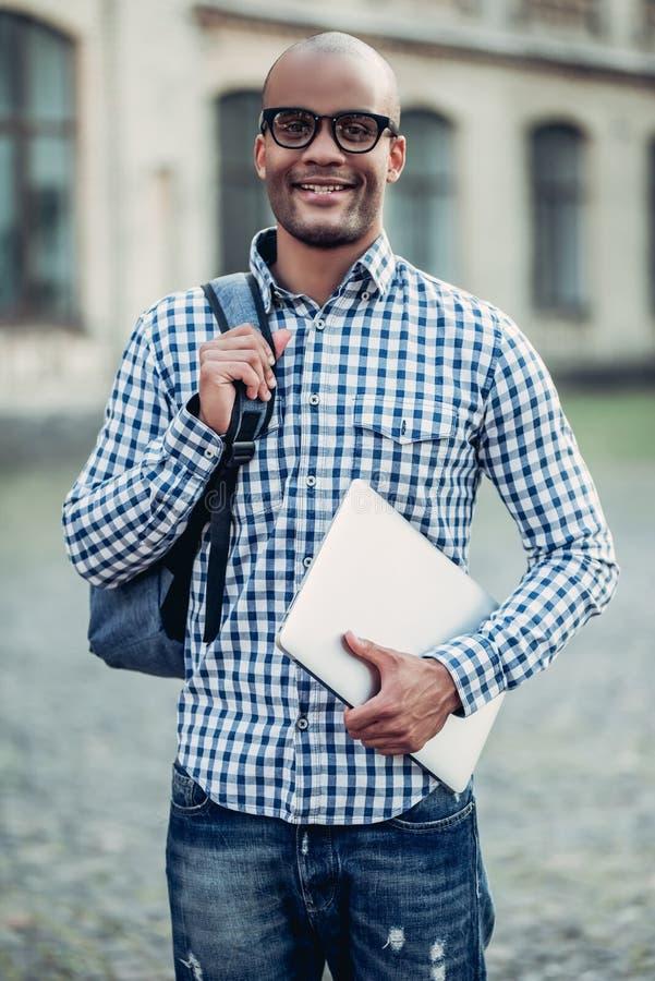 Manlig student nära universitet royaltyfri foto