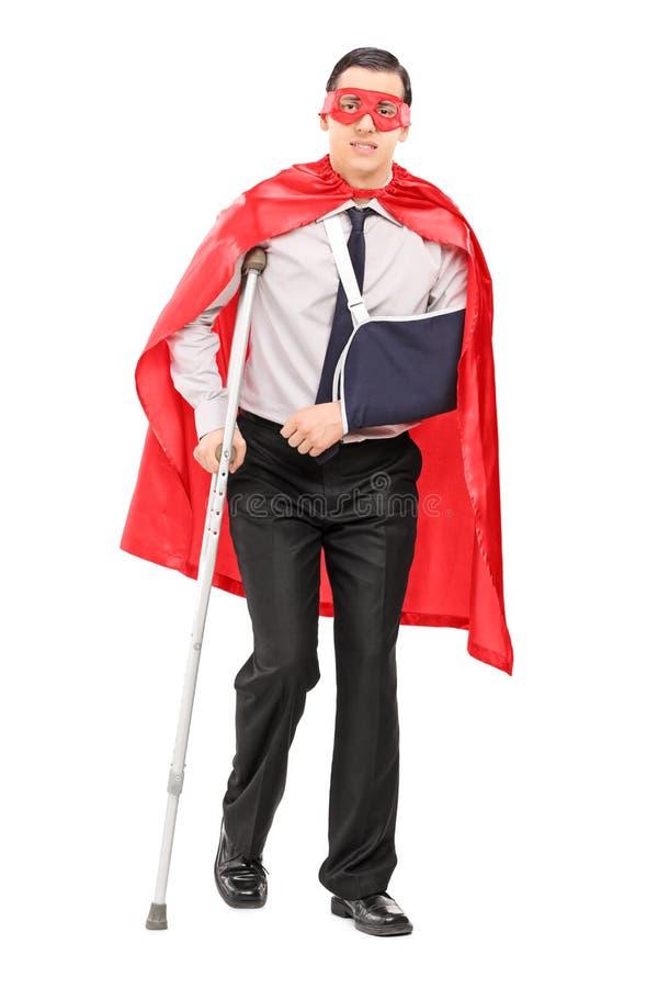 Manlig superhero med den brutna armen och ett ben royaltyfri bild