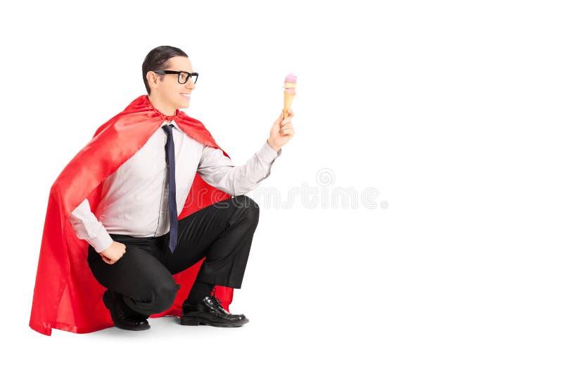 Manlig superhero som rymmer en glass arkivfoto