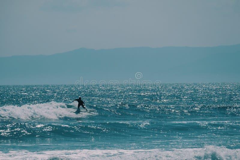 Manlig surfare i havet, sommarbakgrundsbegrepp royaltyfri foto