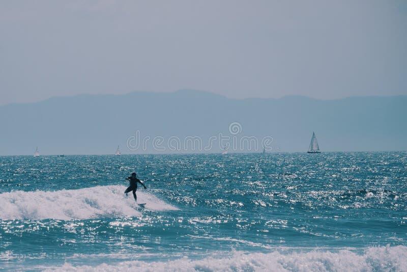 Manlig surfare i havet, sommarbakgrundsbegrepp arkivfoton