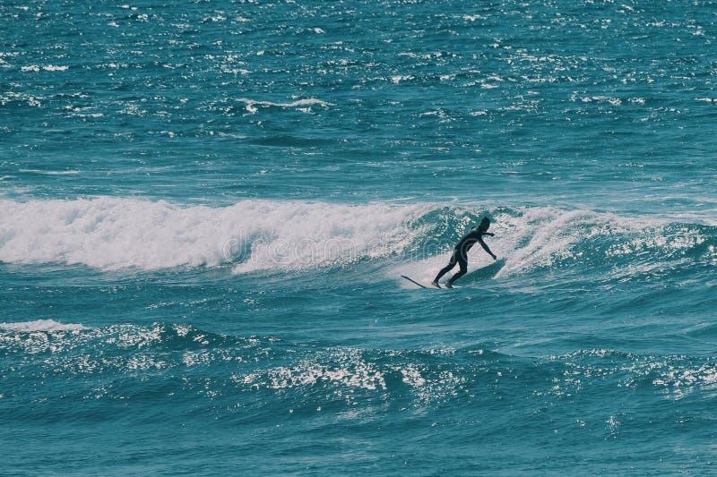 Manlig surfare i havet, sommarbakgrundsbegrepp royaltyfria bilder