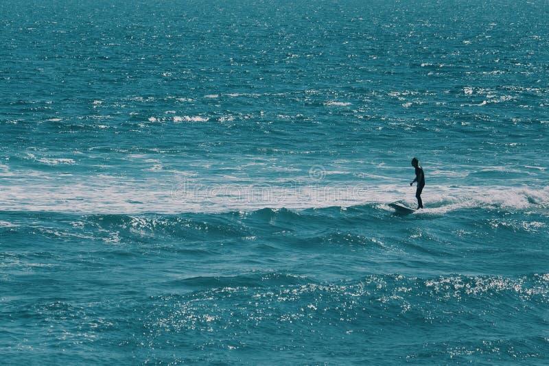 Manlig surfare som väntar på den största vågen i havet fotografering för bildbyråer