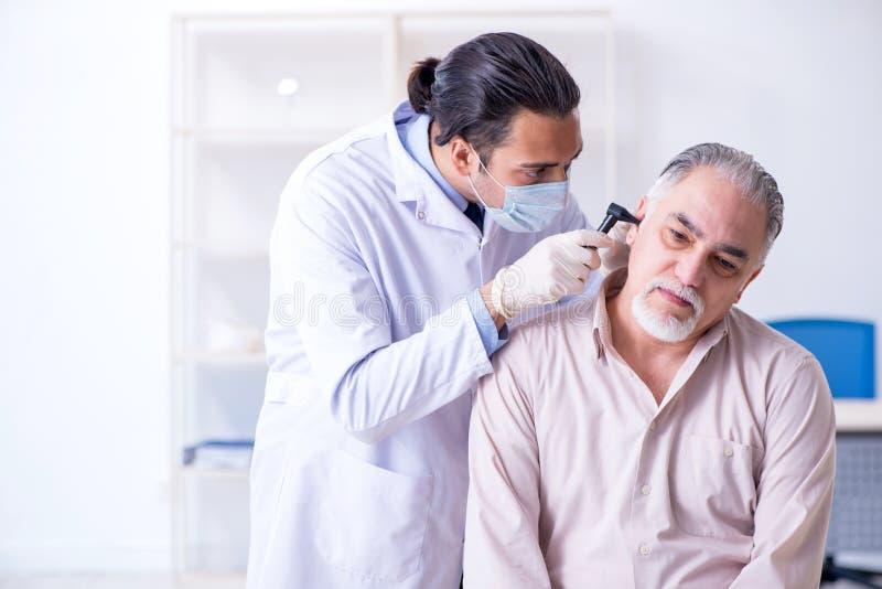 Manlig tålmodig besöka doktorsotolaryngologist arkivfoto