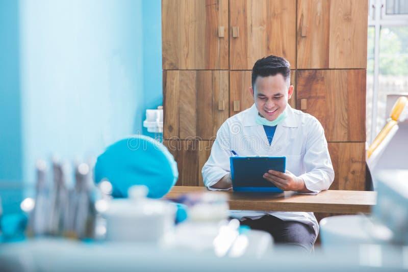 Manlig tandläkare eller doktor i kliniken arkivfoton