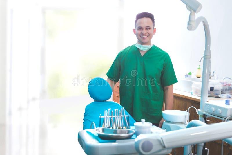 Manlig tandläkare i kliniken fotografering för bildbyråer